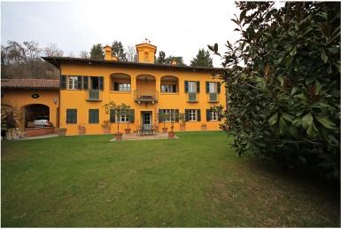 Villa d'epoca a Moncalieri con eleganti finiture interne dépendance giardino posti auto coperti