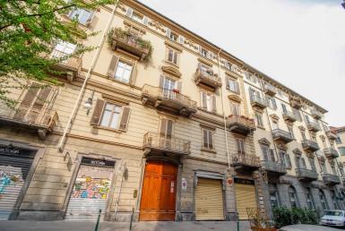 Appartamento in palazzo signorile con terrazzo e balconi lato strada sulla corte comodo ai servizi